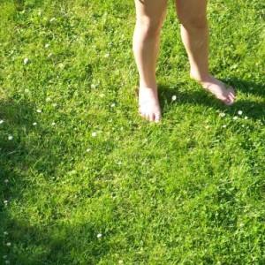 Kinderfüße auf dem Rasen